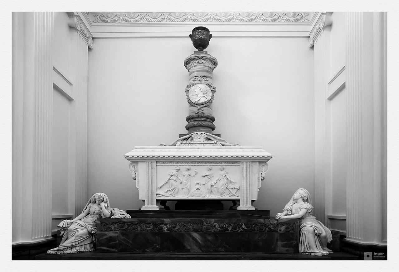 Frederik V's sarcophagus. / Sarkofagen til Frederik V.