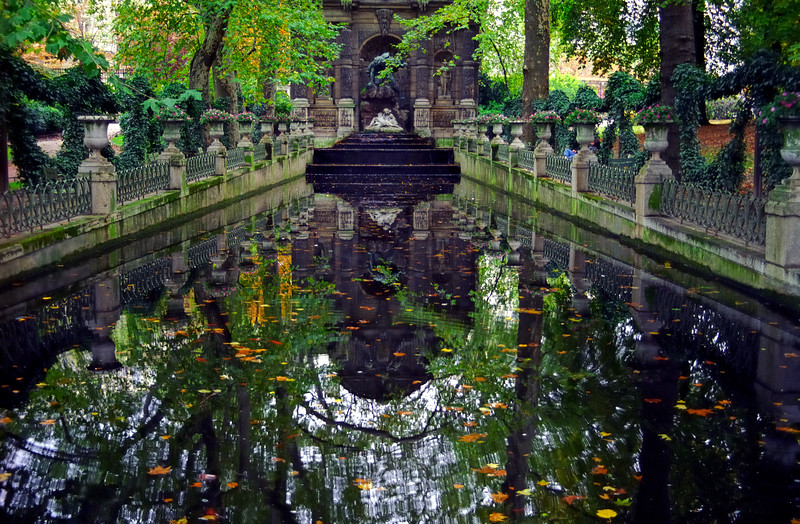 Reflecting pool - Paris, France