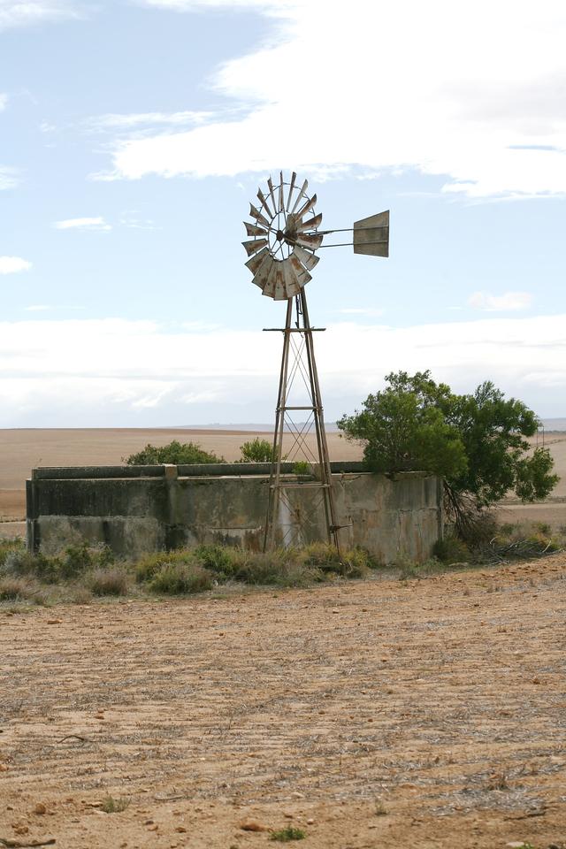 Windpump and reservoir