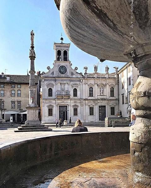 • Udine • Raccontare con una foto la bellezza di #Udine è dura, le sue piazze sono eleganti e mozzafiato, l'architettura crea suggestioni di linee e tra le vie del centro si trovano ovunque locali e ristoranti con dehor animati di gente che si rilassa e o