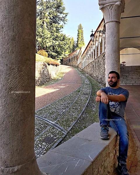 La città di #Udine mi è piaciuta proprio tanto, oltre le piazze ho trovato molto suggestiva la salita al Castello, percorso fiancheggiato da una scalinata coperta dove fermarsi, di tanto in tanto a contemplare le architetture, i colori e ascoltare la citt