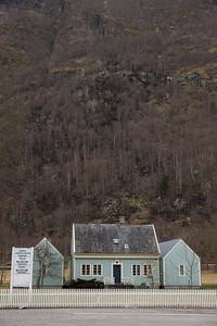 Se fjellsiden bak huset - nesten hele er brent/svidd av