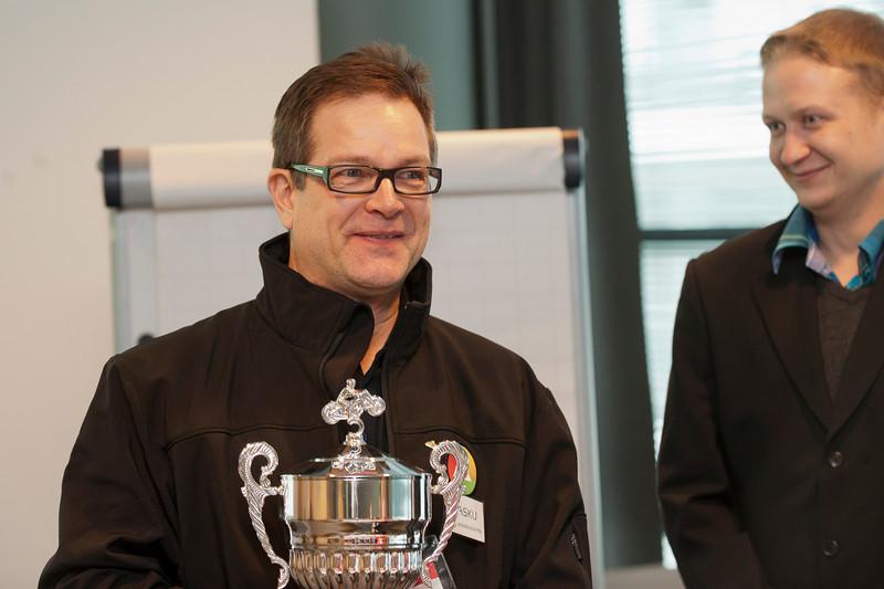 Juha Vaskunlahti ja kiertopokaali, SMOKin sihteeri Timo Ronkainen oikealla.