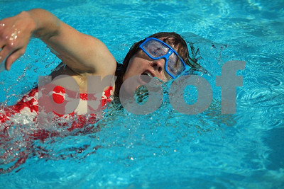 Woman swimming 4379