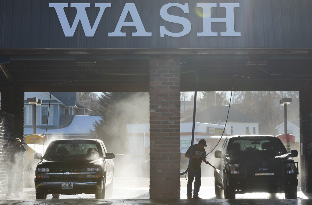 Justin Sheely | The Sheridan Press<br /> People wash their vehicles Thursday afternoon on Coffeen Avenue. Sheridan residents have been enjoying warmer weather and drier roads. The rest of the week is expected to remain warm.