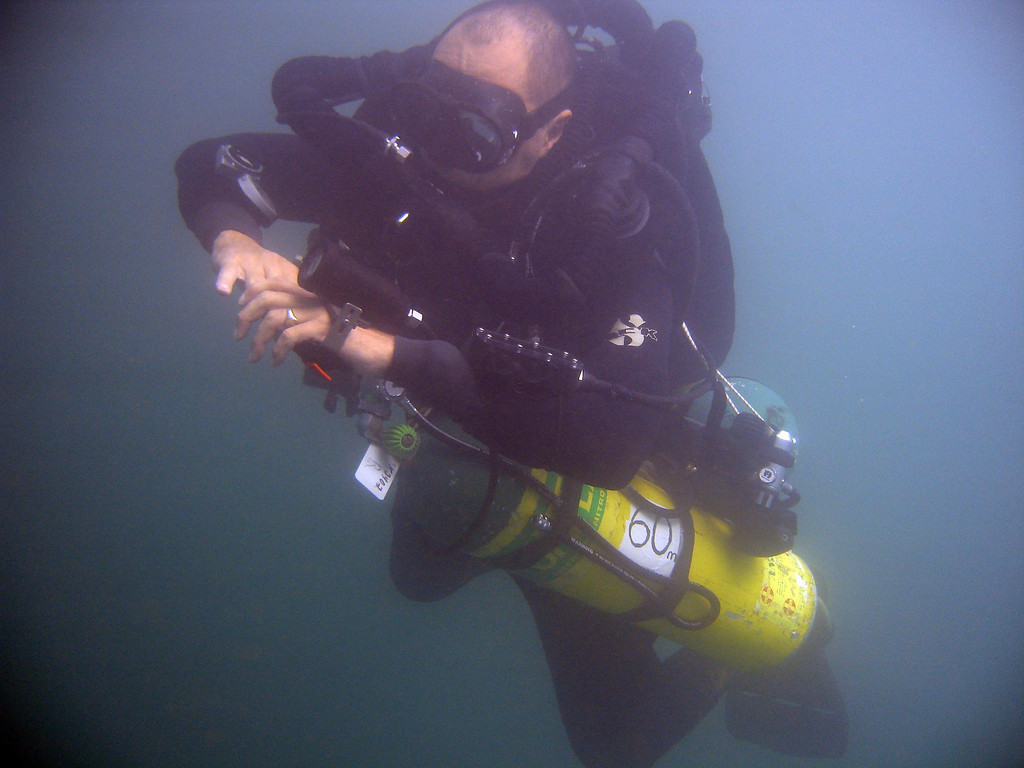 Cedric with his sidemount dil and o2 tanks and the 60m stage tank prior to the set up dive.