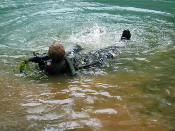 Hmm its not easy swimming with all this gear and no fins!