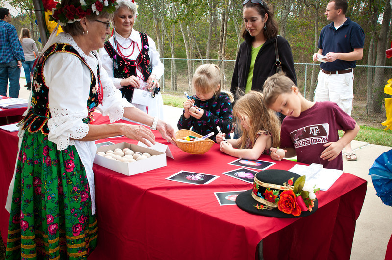 Children decorating pisanki at the Polish Genealogical Society of Texas booth.