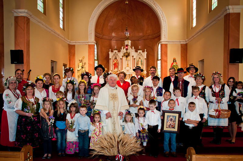Fr. Jozef and the Dozynki participants in St. Stanislaus church.