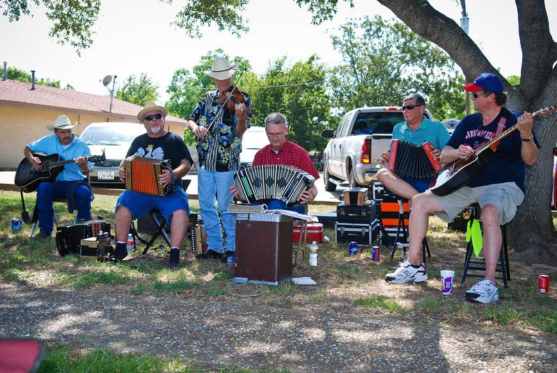 Polska Kapela Polish music jam held under a big shade tree