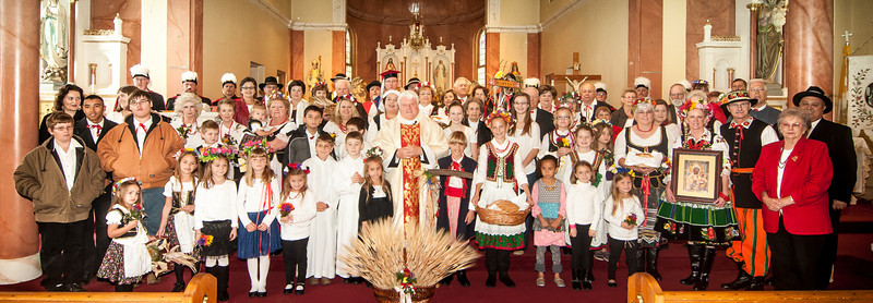 Dozynki group posing in front of the altar after Mass