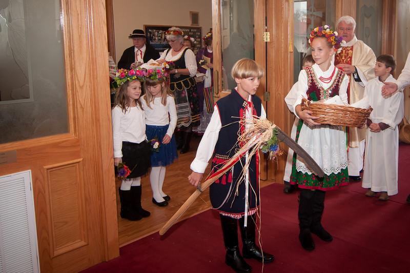 Przodownik and Przodownica leading the Dozynki Mass procession