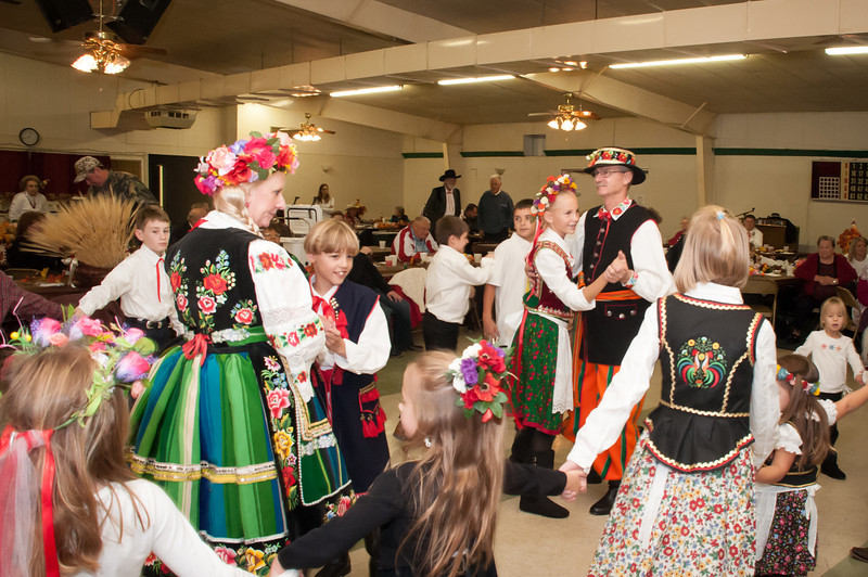 The Dziedzic & Dziedzica, dance the first dance with the Przodownik & Przodownica