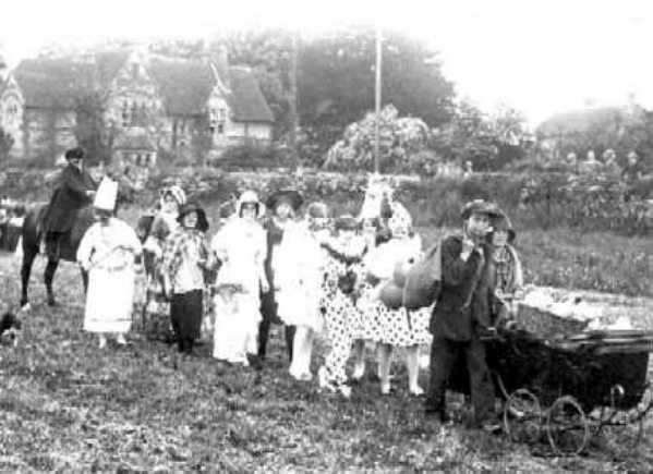 <font size=3><u> - Children in Fancy Dress parade - </u></font> (BS0015)  Benson Vicarage in the background.