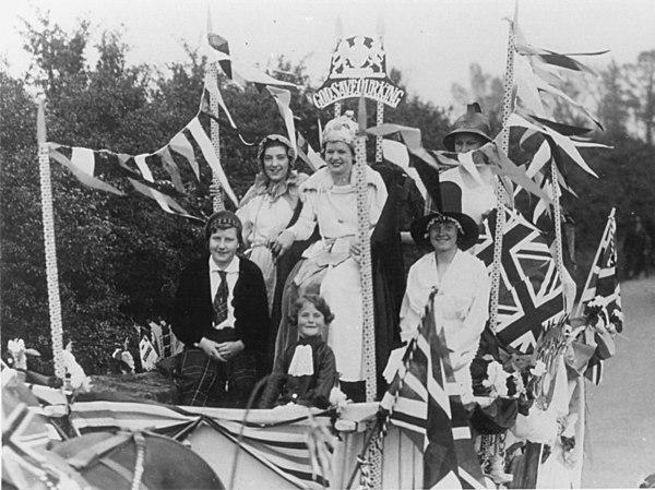 <font size=3><u> - May Queen 1935- </u></font> (BS0101)  Miss Beckley.