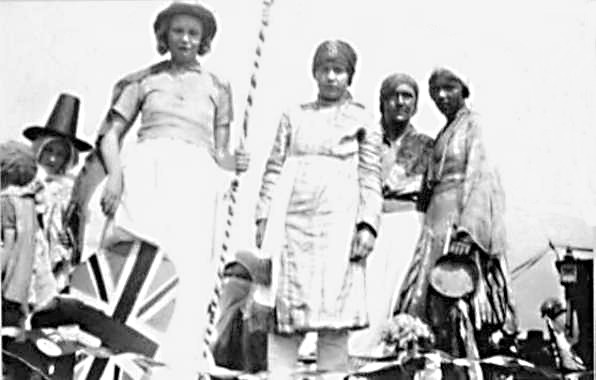<font size=3><u> - Pageant to celebrate King George V's Silver Jubilee - 1935 - </u></font> (BS0014)  Children on a carnival float.