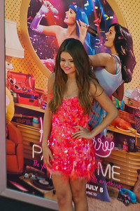 HOLLYWOOD, CA - JUNE 26: Singer Selena Gomez arrives at the premiere of Paramount Insurge's 'Katy Perry: Part Of Me' held at Grauman's Chinese Theatre on June 26, 2012 in Hollywood, California. (Photo by Tom Sorensen/Moovieboy Pictures)