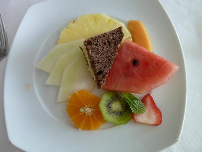 Fresh fruit with walnut-raisin bread
