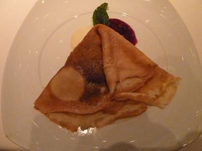 Sugar-free banana blueberry crepe with warm vanilla sauce