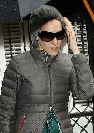 6 April 2009 - Sarah Jessica Parker comes out in the rain in NYC. Photo Credit Jackson Lee