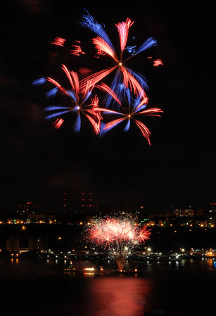 4 July 2009 - 2009 Fourth of July Macy' fireworks celebration over the Hudson river, NYC. Photo Credit Jackson Lee
