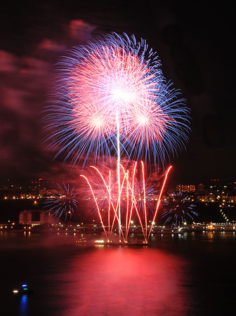 4 July 2009 - 2009 Fourth of July Macy' fireworks celebration over the Hudson river, NYC. Photo Credit Jackson Lee