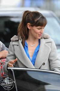 Jennifer Garner Gives Christmas Presents to Pals, LA
