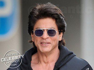 Cool Khan! Shah Rukh Kahn Steps Out In Hoody, Oval Sunglasses, Poses For Selfie and Has a Smoke in Vancouver, Canada