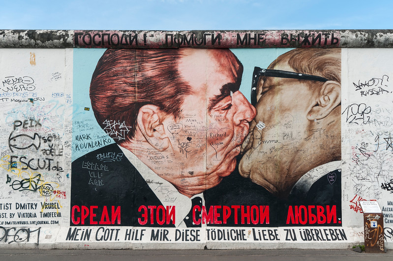 Fraternal Kiss painting, Berlin Wall