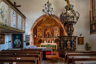 Ranogotický jednoloďový kostolík z 2. polovice 13. storočia so štvorcovým presbytériom a severnou sakristiou. Niekedy v poslednej štvrtine 14. storočia (uvádzajú sa 70. - 80. roky) bol interiér vyzdobený hodnotnými freskami, z ktorých sa zachovali tie v presbytériu. Ich autorom je jeden z pomocníkov Majstra ochtinského presbytéria a objednal si ho vtedajší majiteľ jelšavského panstva, známy Leustach z Jelšavy. V poslednej tretine 15. storočia získal panstvo Jelšava, vrátane Chyžného, rod Zápoľských. Vďaka nim sa do kostolíka dostal vyrezávaný krídlový oltár z roku 1508, ktorý vytvorili v dielmi Majstra Pavla z Levoče.