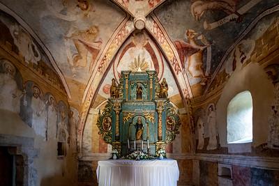 Opevnený ranogotický jednoloďový kostolík z cca prvej polovice 14. storočia  s kvadratickým presbytériom, severnou sakristiou a drevenou zvonicou. Kostolík postavili vo vyvýšenej polohe niekedy v prvej polovici 14. storočia na mieste o niečo staršej stavby. Išlo o typickú ranogotickú stavbu tých čias, ešte s niektorými románskymi prvkami. Niekedy v 60. - 80. rokoch 14. storočia dostala freskovú výzdobu, ktorej autorom bol zrejme majster z Talianska. V 15. storočí stavbu opevnili a neskorogoticky upravili. V roku 1555 bol kostolík poškodený pri nájazde tureckých vojsk. Od roku 1596 patrí evanjelikom, ktorí si ho prispôsobili svojim liturgickým potrebám a zamaľovali nástenné maľby.