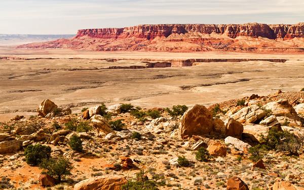 Krajina je tu rozeklaná hlubokým kaňonem řeky Colorado, ze kterého se kousek níž stává Grand Canyon.