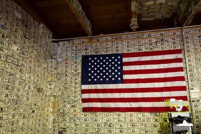 Krámek vytapetovaný dolarovkami v Tortilla Flat