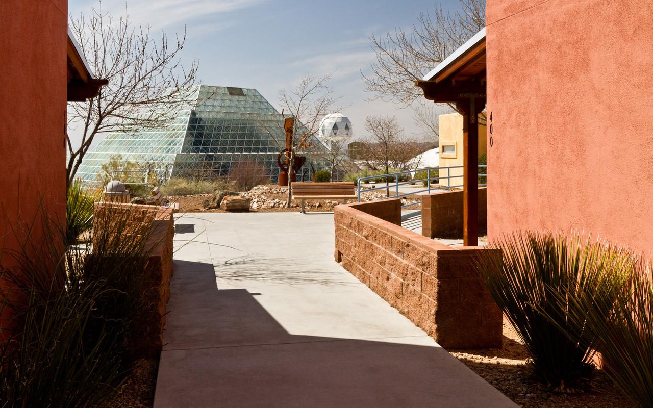 Biosféra 2 - největší skleník na světě - místo, kde Columbijská univerzita mimo jiné testovala, jestli je možné v podobném zařízení přežít na cizí planetě. (Biosféra 1 je naše Země).  http://en.wikipedia.org/wiki/Biosphere_2