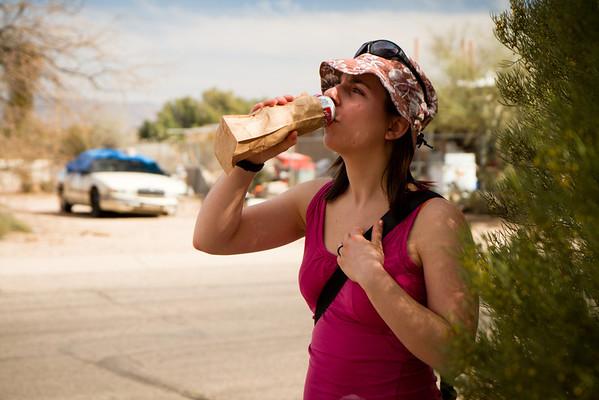 Pití alkoholu na veřejnosti zakázáno! Ani v pytlíku by se nemělo, ale policajt neví, že je v tom pytlíku alkoholický nápoj, takže teoreticky pokuta nehrozí.