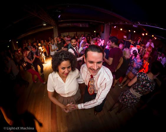 Un alien à La Bellevilloise - Humains dansant le swing