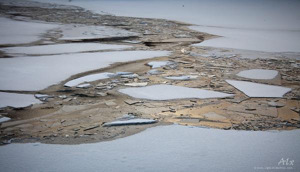 Glace brisée  Glace brisée dans le port de Stockholm Les derniers rayons du couchant illumine un kaléidoscope de glace.