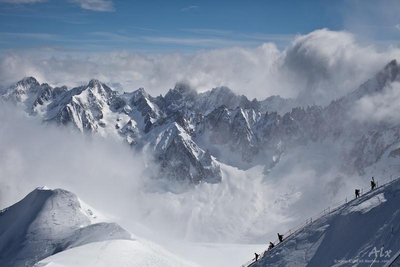 Descente vertigineuse  Massif du Mont Blanc, Aiguille du midi, arête de descente vers la Vallée Blanche Splendeur et danger de la haute montagne.