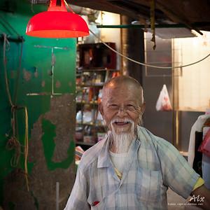 Le vieil homme du marché  Longtemps son regard m'a suvi... His eyes followed me a long time...