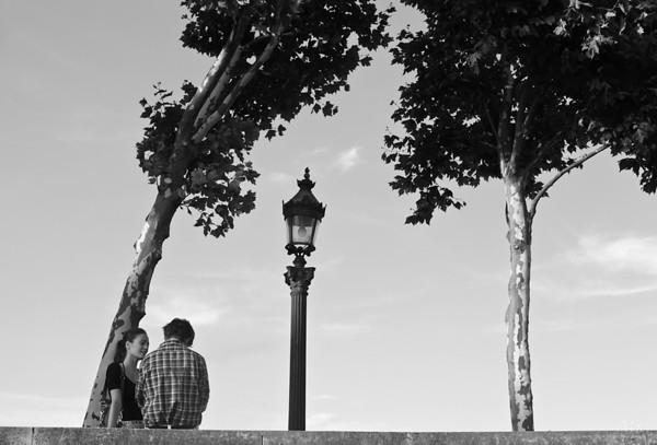 Les amoureux et le lampadaire  Paris, depuis le quai du Port de la Concorde. Deux amoureux, deux arbres comme un écho et au milieux une lumière.