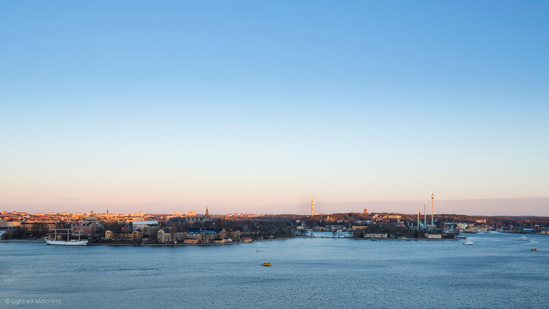 Un crépuscule à Stockholm  Exploration fugace de Stockholm, à ce moment du jour entre ombres bleutées et couchant orangé, si particulier à ces latitudes nordiques.  Copyright: Light eX Machina - CC BY-NC-SA 4.0 http://creativecommons.org/licenses/by-nc-sa/4.0/