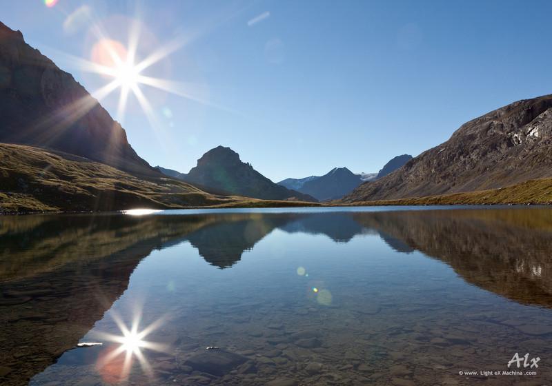 Deux soleils  Parc de la Vanoise, Lac Long sous le refuge de la Vanoise Tôt le matin, un lac, si calme, qu'il en est presque un miroir parfait.