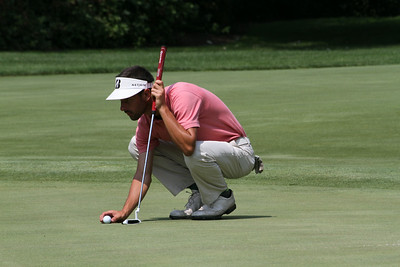 William White of Waukegan, Illinois reads the green during the 2014 Western Amateur.