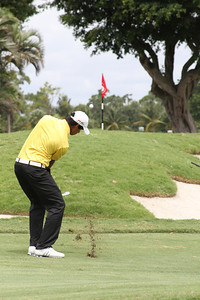 Rigel Fernandes, of Bradenton, Fla., sends his approach shot toward the flag stick.
