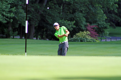 Joshua Gliege of Eagle, Idaho lofts a chip near the flag stick during the second round of the 96th Western Junior at Meridian Hills Country Club. (WGA Photo/Ian Yelton)