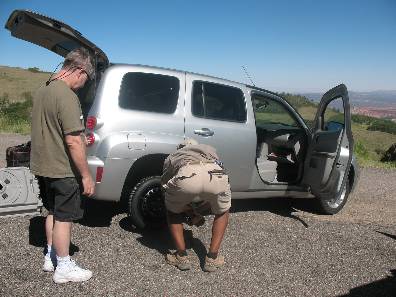 Here I'm tigthening the lugs on the spare.