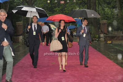 Rainy arrivals photo by Rob Rich/SocietyAllure.com © 2014 robwayne1@aol.com 516-676-3939
