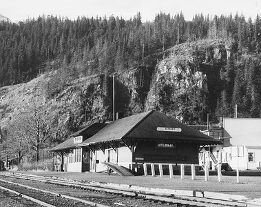 2021.009.PA.017--charles stats 8x10 print [AAR]--ARR--depot and freighthouse--Seward AK--c1951 0000