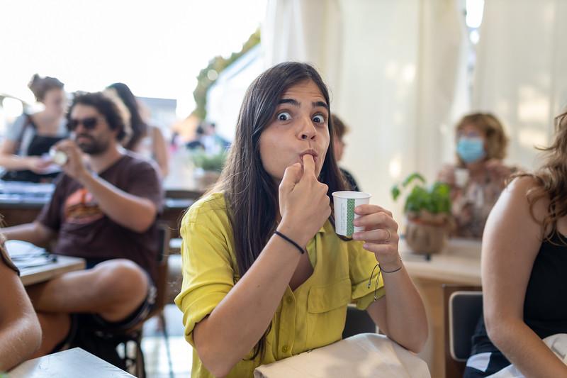 Il siero della verità. Marie Kerkeling, studentessa dell'Università di Scienze Gastronomiche illustra proprietà e usi del siero di latte.<br /> © Paolo Properzi / Archivio Slow Food