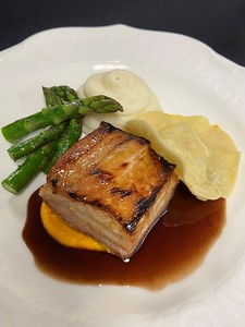 – Roasted & braised pork belly, home-made lobster ravioli, carrot puree, potato puree, asparagus spears, red wine jus